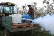 Stroj na výrobu umělé mlhy budou v případě mrazu letos vůbec poprvé zkoušet ovocnáři ze společnosti AGRO Stošíkovice na Znojemsku. Na snímku vedoucí sadů Jan Marek.