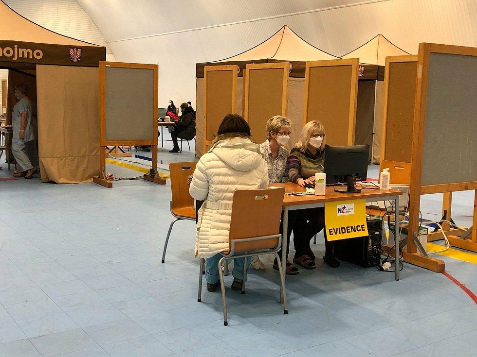 Znojemská nemocnice zahájila testovací provoz očkovacího centra ve sportovní hale v Dvořákově ulici.