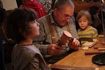 Tradiční miroslavský Vánoční strom řemesel i letos přilákal na svých deset dílniček několik stovek návštěvníků.