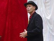 Zámek v Moravském Krumlově hostil poprvé přehlídku ochotnických divadel Bezgestfest. Festival zahájil ředitel kulturního střediska Bořivoj Švéda.