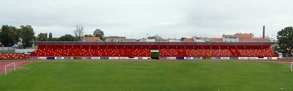 Vizualizace představuje návrh, jak by mohl vypadat zrekonstruovaný znojemský stadion. Naproti stávající tribuně vznikne nová. Místa na stání před sportovní halou nahradí sedačky.