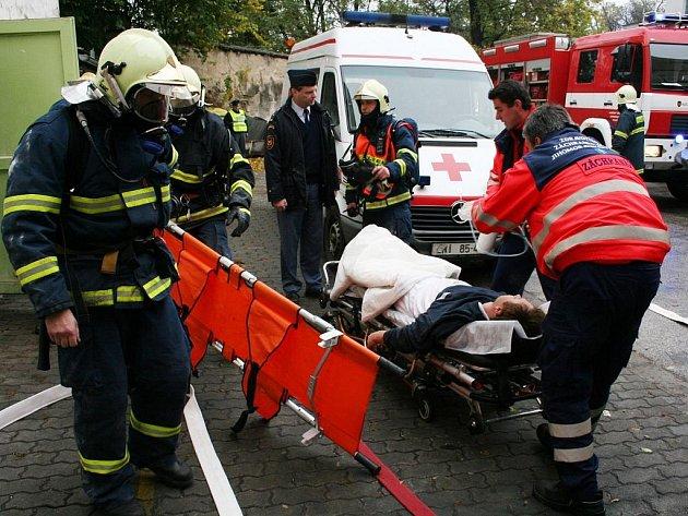 Znojemští hasiči trénovali hašení požáru v pekárně.