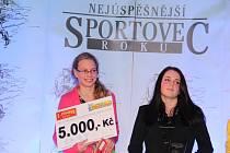 Juniorskou cenu Nejúspěšnějšího sportovce Znojemska za rok 2012 převzala v Louckém klášteře z rukou moravskokrumlovského starosty Tomáše Třetiny Tereza Coufalová (na snímku v růžovém).