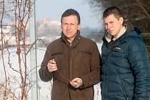 Podnikatel a vinař Miloš Pekárek se synem Tomášem vysazují v Jaroslavicích u hranic s Rakouskem nové vinice. Dnes mají šest hektarů, postupně plánují mít až dvacet hektarů nových vinic.