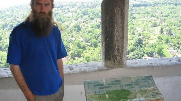 Vandal zničil u kaple Sv. Václava informační desku