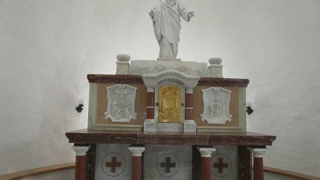 Tři metry široký podstavec se sochou Krista v životní velikosti z bílého mramoru. Oltář od slavného Loose zdobí teď kapli sv. Ondřeje ve Vranově nad Dyjí.