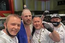 """MMA zápasník Jiří """"Denisa"""" Procházka se svým týmem po vítězství v hlavním duelu turnaje UFC v Las Vegas."""