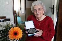 Jednadevadesátiletá učitelka Boleslava Achrerová získala nejvyšší resortní onenění – medaili ministerstva školství 1. stupně za dlouhodobou vynikajicí pedagogickou činnost.