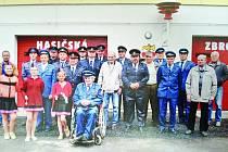 Hasiči z Prokopova před hasičskou zbrojnicí.