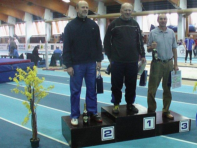 NA STUPNÍCH VÍTĚZŮ. Znojemský atlet Miloš Gryc (na fotografii vlevo) byl na halovém mistrovství republiky veteránů v Praze vyhlášen druhým nejlepším veteránem za loňský rok.