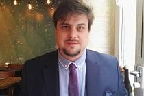 Richard F. Vlasák (na snímku) je vikář v Miroslavi, ale také bývalý novinář Deníku, historik, spisovatel a vášnivý hráč rugby. Studoval na Lipské universitě a v švýcarské Basileji.