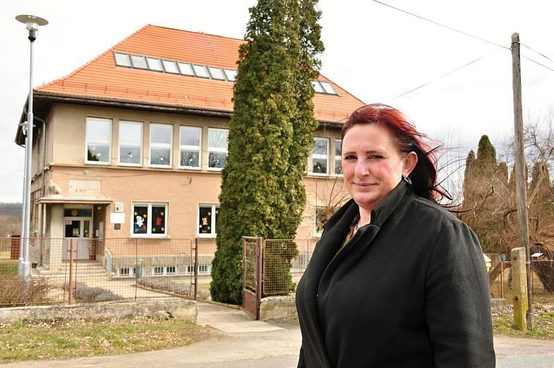 Starostka Břežan Jana Surovcová před budovou základní školy