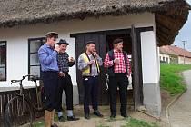 Od návštěvy slavnostního otevření obecní doškovice v Petrovicích návštěvníky neodradil ani vytrvalý déšť.
