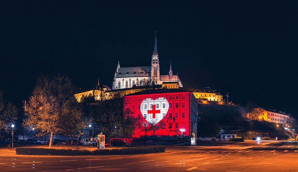 Iniciativa Světlem proti viru nasvítila i brněnské Nové sady a Petrov.