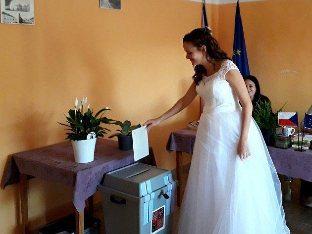 Nevěsta Markéta Chudová ve volební místnosti vČížově.