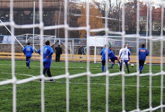 Zbrusu nové tréninkové hřiště mají ode dneška znojemští fotbalisté.