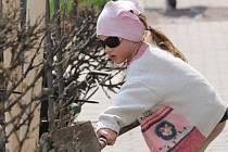 Děti s připomely spolu s dospělými Den země a během víkendu vysázely stromy.