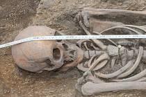 Brigádníci pod vedením archeologa Davida Humpoly odhalili na stavbě průtahu Hradištěm pohřebiště.