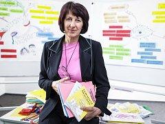 Hana Mühlhauserová vede nakladatelství HANAMI, které vydává učebnice pro základní školy. Návštěvníci miroslavského zámku se sní mohou setkat nepřímo na velkoformátové fotografii, která je součástí výstavy Lidé Miroslavi.