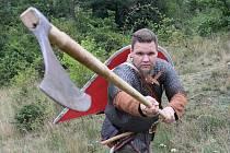 Martin Novák alias Viking Gortek Grom utíká z moderního světa do středověké historie severu. Do šarvátek i dílny, v níž vyrábí dobové doplňky.
