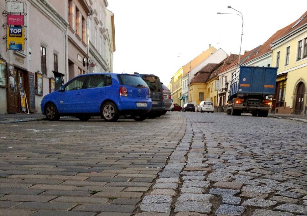 Především nových chodníků se v Horní České dočkají letos obyvatelé Znojma i jeho návštěvníci. Opravy se dotknou i povrchu ulice.