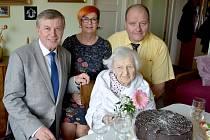 Přání za znojemskou radnici předal jubilantce místostarosta Jan Blaha spolu s matrikářkou Lenkou Pavlačkovou a Radoslavem Krausem, ředitelem Okresní správy sociálního zabezpečení.