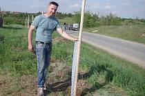 Marek Venuta při sázení aleje mezi Popicemi a Konicemi.