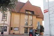 BÝVALÝ TIP KLUB (Znojmo, Masarykovo náměstí). Vznikl na přelomu devadesátých let minulého století. Původně měl sloužit státem kontrolované zábavě mladých. Objekt sice patří státu, ale už roky trvají soudní spory neumožňující osud budovy rázně řešit.