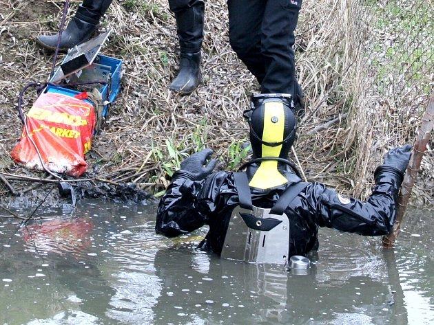 Policejní potápeči vytáhli prvního dubna z Vlčkova rybníka v Olbramkostele ukradený telefonní automat.
