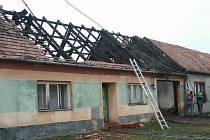 Závada na elektroinstalaci způsobila v pondělí ráno požár rodinného domu v Čejkovicích.