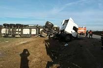 Kamion se převrátil v sobotu ráno u Blížkovic na Znojemsku.