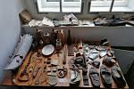Při opravách zámku Vranov nad Dyjí objevili řemeslníci unikátní předměty z denního života někdejších zaměstnanců.