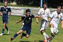 Fotbalisté Tasovic (v bílém) prohráli v sobotu na hřišti Břeclavi 0:2. První branku dostali už v úvodní minutě. Foto: Jaroslav Kicl
