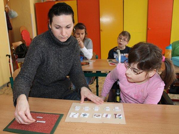 Poté, co odvedla do školy Martina, věnuje se osobní asistentka Kateřina Olšanská jedenáctileté Lucii.