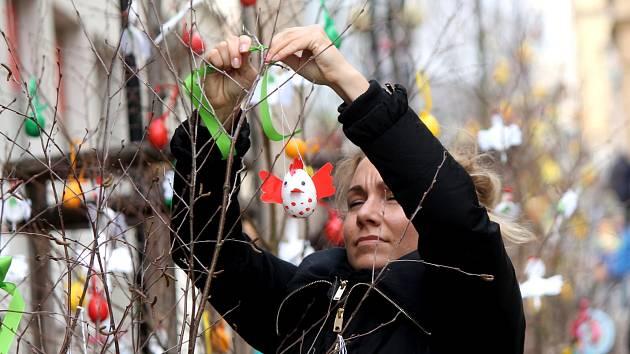 Tradiční velikonoční břízky spojily obě náměstí v centru Znojma.