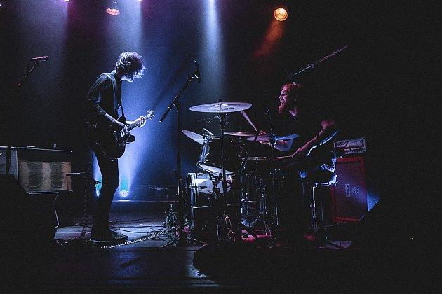 Jan Chlumský (vlevo) na koncertě sbratrem, snímž tvoří kapelu Queues.
