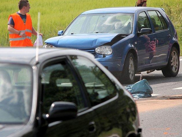 V sobotu odpoledne se na silnici číslo I/38 blízko křižovatky mezi Kravskem a Žerůtkami srazila čtyři osobní auta.