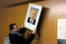 Starosta Višňové Vladimír Korek sundává obraz prezidenta Václava Klause.