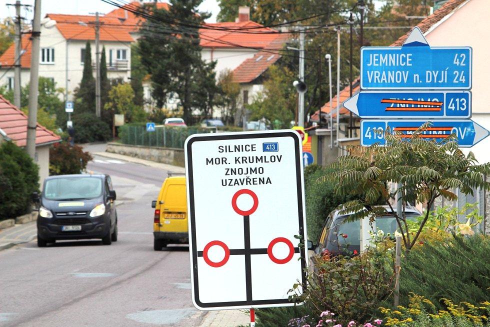 Kamiony nemají jinou možnost, než projet Znojmem po silnici číslo I/38. Tedy Pražskou ulicí (na snímku) a dál centrem města.