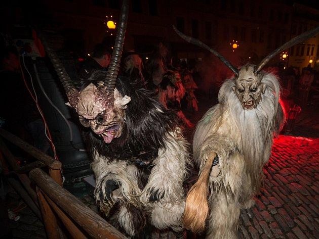 Stovky návštěvníků přilákalo do centra Znojma třetí vystoupení rakouských čertů - krampusáků.