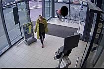 Policisté pátrají po mladé dvojici, která si z obchodu odvezla nákup za sedm tisíc.