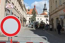 Na Divišovo náměstí vjela těžká pracovní technika. Začaly jeho opravy a tím i dopravní uzavírky v místě.