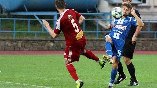 Znojemští fotbalisté (v modrém) prohráli v prvním kole MSFL sezony 2019/2020 s Velkým Meziříčím 0:1.