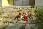 Dům v Pražské ulici ve Znojmě. Z nejvyššího balkonu ukončili život skokem dva lidé. Na místě jsou už i květiny a svíčky.