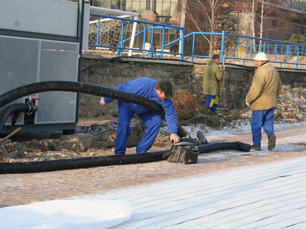 Příprava venkovního kluziště. Ilustrační foto.