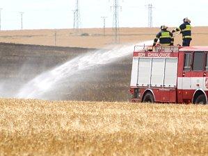 Deset jednotek hasičů zasahovalo při požáru obilí na poli u Kuchařovic.
