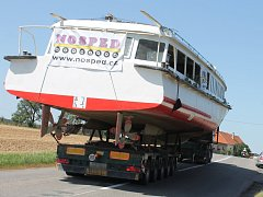 Na návěsu tahače vyrazila v neděli ve tři ráno z Bratislavy nová loď podnikatele Martina Balíka. Včera ráno se pak od slovenských hranic vydala k vranovské přehradě (na snímcích u Vracovic a v Lesné). K samotné přehradě dorazila odpoledne.