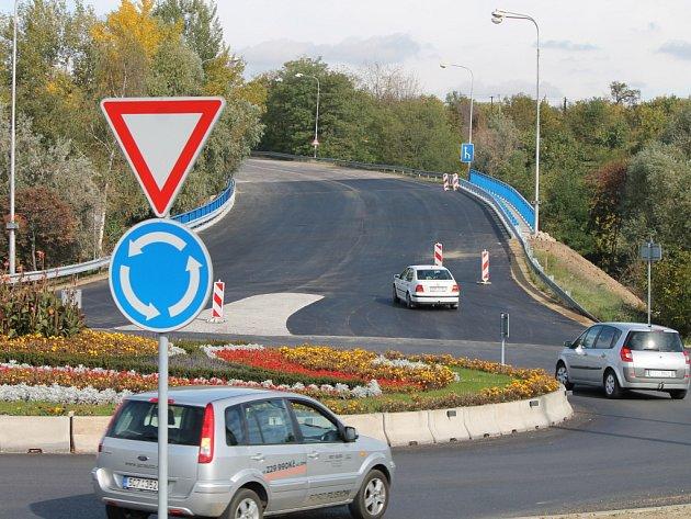 Silnice ze Znojma do Suchohrdel je opět průjezdná. Komunikaci od léta zcela uzavřely opravy mostu blízko kruhového objezdu u Baumaxu. Přestože měly trvat až do konce listopadu, silničáři vše stihli s výrazným předstihem.