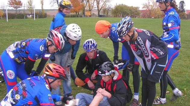 Zájemci o průvodcovství na kole nacvičovali i v terénu.