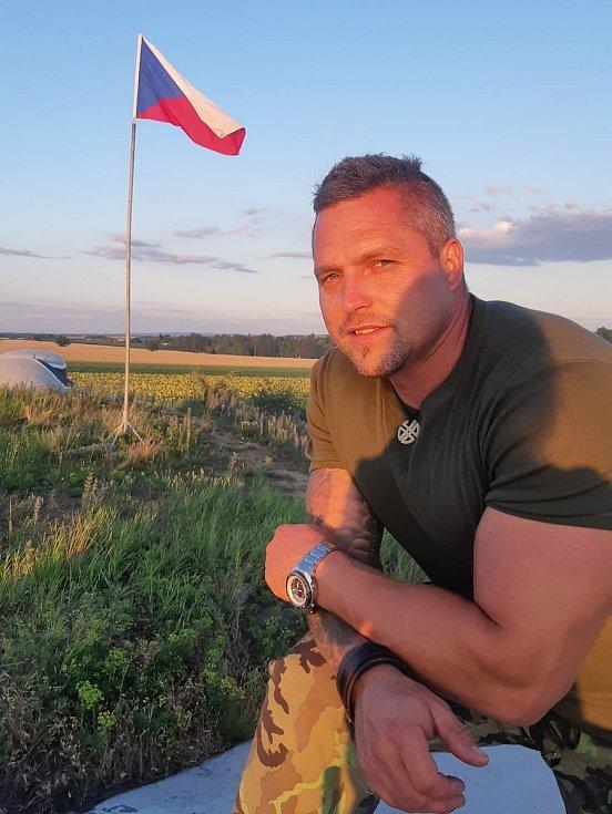 Nadšenec do vojenské historie Petr Prokeš (na snímku u bunkru Úžlabina) z obce Dyje na Znojemsku si přivezl na dvorek obrněný transportér. Renovuje ho s kamarádem Petrem Klíčníkem.